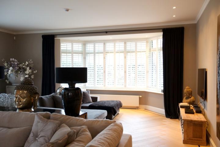 Huiskamer met zwarte linnen gordijnen en shutters2