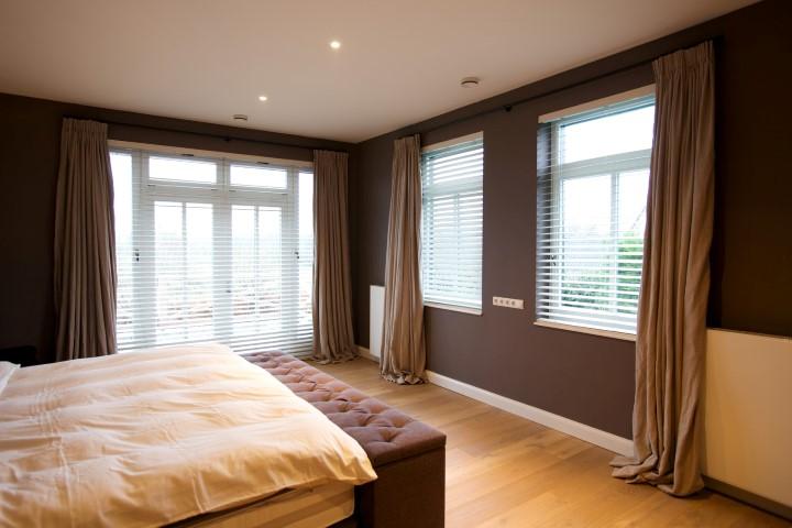 Slaapkamer met linnen gordijnen naturel en shutters2