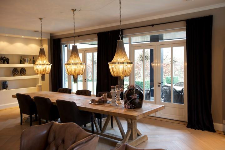 Woonkamer met zwarte linnen gordijnen en shutters